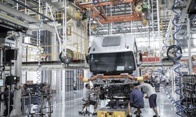 Produção de caminhões registra a primeira queda mensal do ano