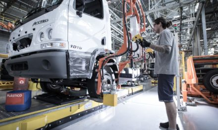 Produção de caminhões cresce 55% no trimestre