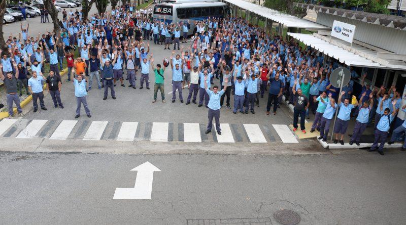 Trabalhadores da Ford iniciam greve em Taubaté