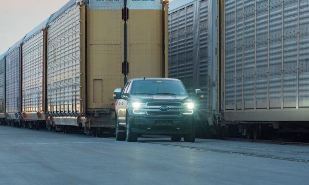 Ford F-150 elétrica reboca dez vagões com 560 toneladas