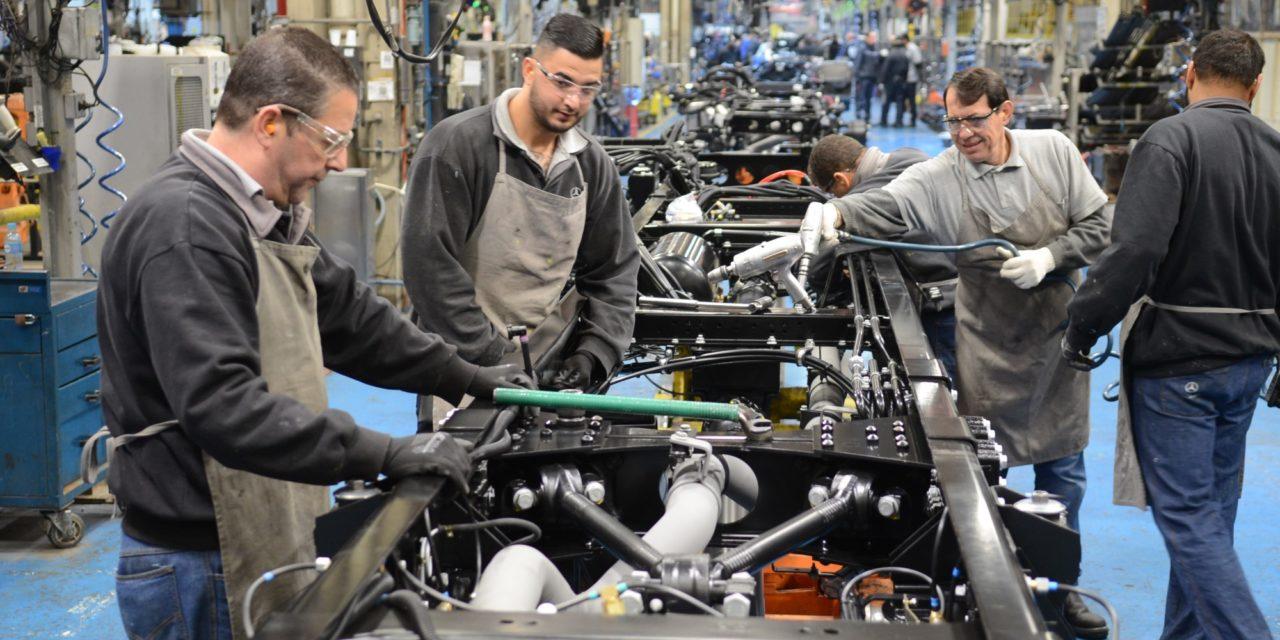 Mercedes-Benz cria segundo turno na fábrica de ônibus