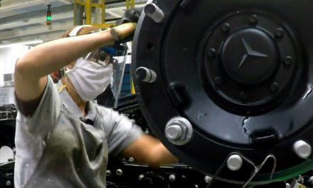 Mercedes-Benz inicia 2º turno na produção de caminhões
