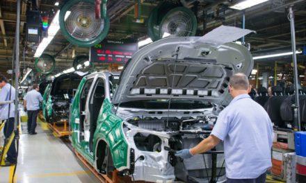 Contraste entre demissões e horas extras reflete cautela das montadoras