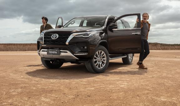 Toyota SW4 tem novo visual e motor diesel mais potente