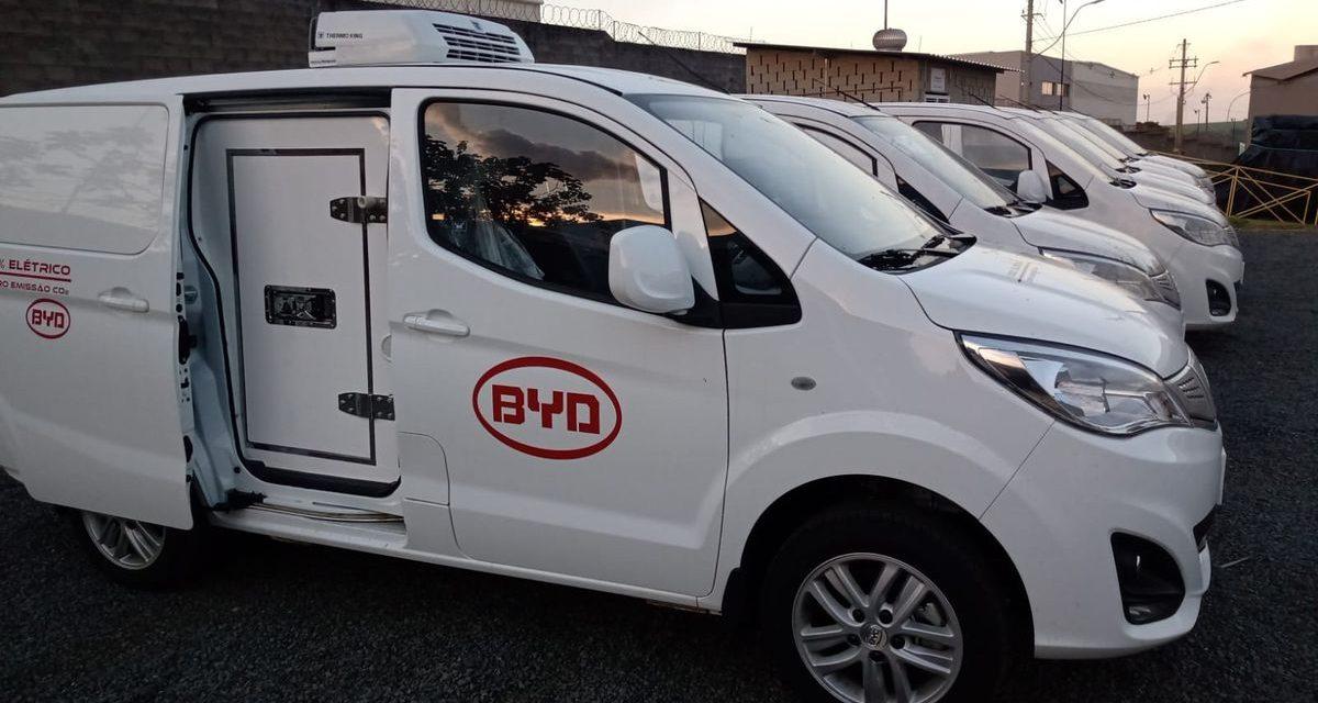 BYD inicia oferta de furgão elétrico para cargas refrigeradas