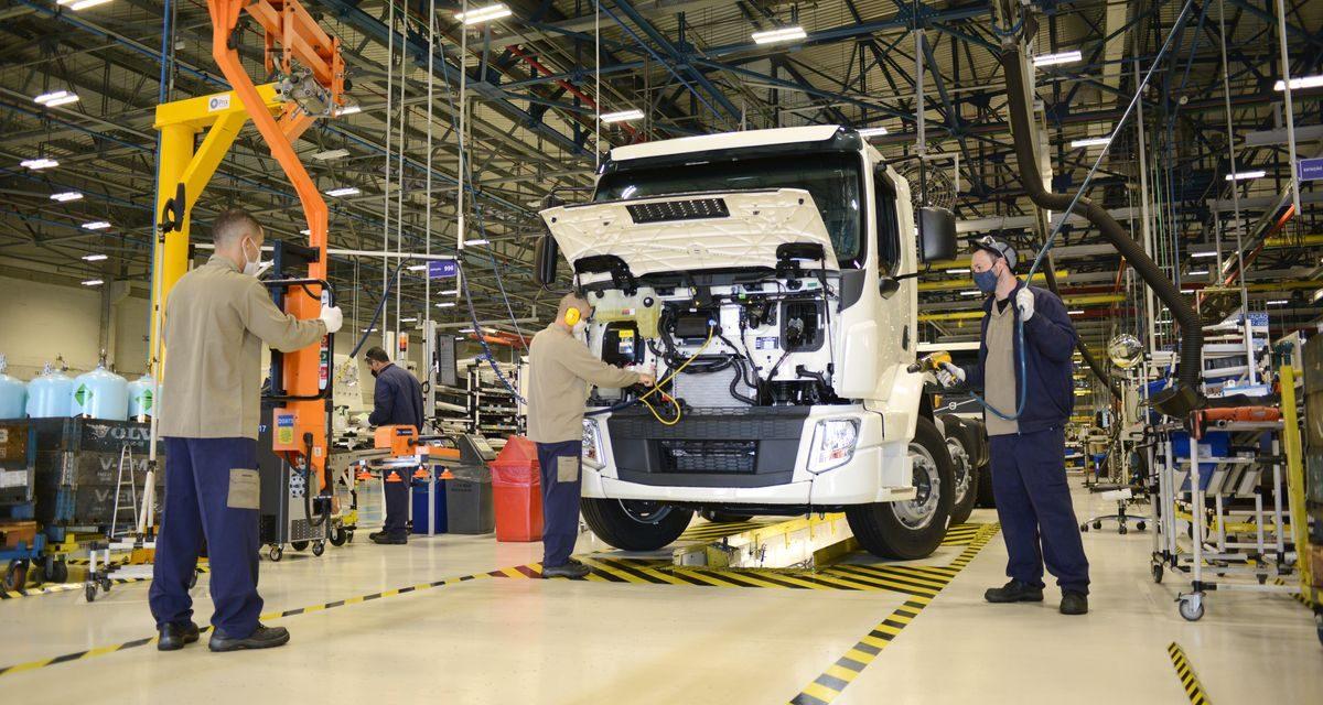 Volvo retoma segundo turno na produção de caminhões VM