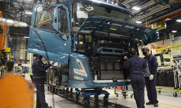 Volvo começa a produzir os novos caminhões da linha F no País